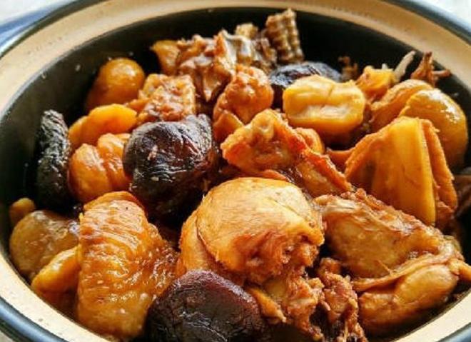 香菇板栗燉雞,吃了就會喜歡上的美食,方法簡單一看就會,來試試