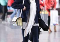俞飛鴻穿黑外衣搭白圍巾很高級,穿出華麗感