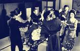 老照片:二戰後的日本女人罕見照,圖9穿和服的年輕美女玩呼啦圈