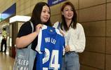 武磊的妻子陪同武磊返回西班牙,武磊有今天的成績離不開妻子支持