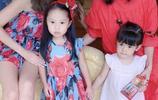 賈靜雯一件紅裙配英倫帽攜女兒聚會,波妞越發可愛咘咘還實力寵妹