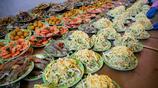 熱鬧!東北村民吃婚宴擺了一條街,300人席面大肘子大蝦管夠!