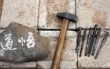46歲農民石頭燈泡樹葉上刻字,作品沒有賣出錢,妻子罵他不務正業