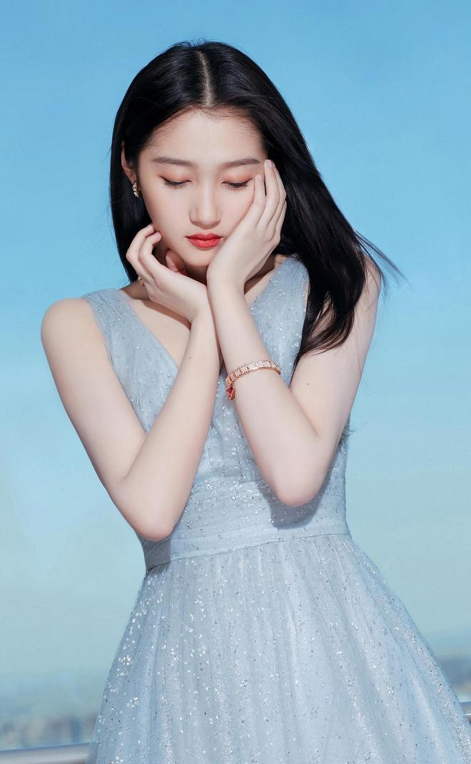 關曉彤代言活動美圖,身穿一款淺藍色連衣裙清新靚麗
