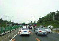 京開高速上有私家車佔專道 公交車5公里路堵一個小時