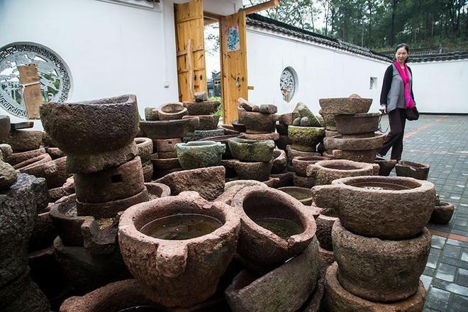 山村建文化園,擺滿農耕石器,期盼石來運轉,夢想成真迎眾多遊客