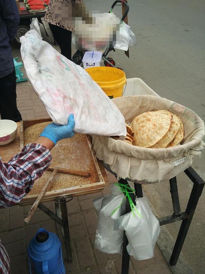 實拍:大爺經營小吃攤全靠瞅?大集上出品的美味燒餅