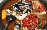 128元一鍋的剁椒魚頭,服務員澆上一杯96°伏特加讓客人點燃