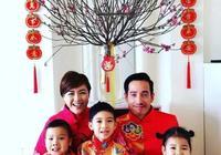 陳茵媺新年晒全家福,全家幸福笑容,每年都同款背景超有儀式感!