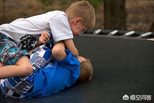 在學校裡,孩子因為打架被班主任抽了一個大耳光,這種懲罰方式好嗎?