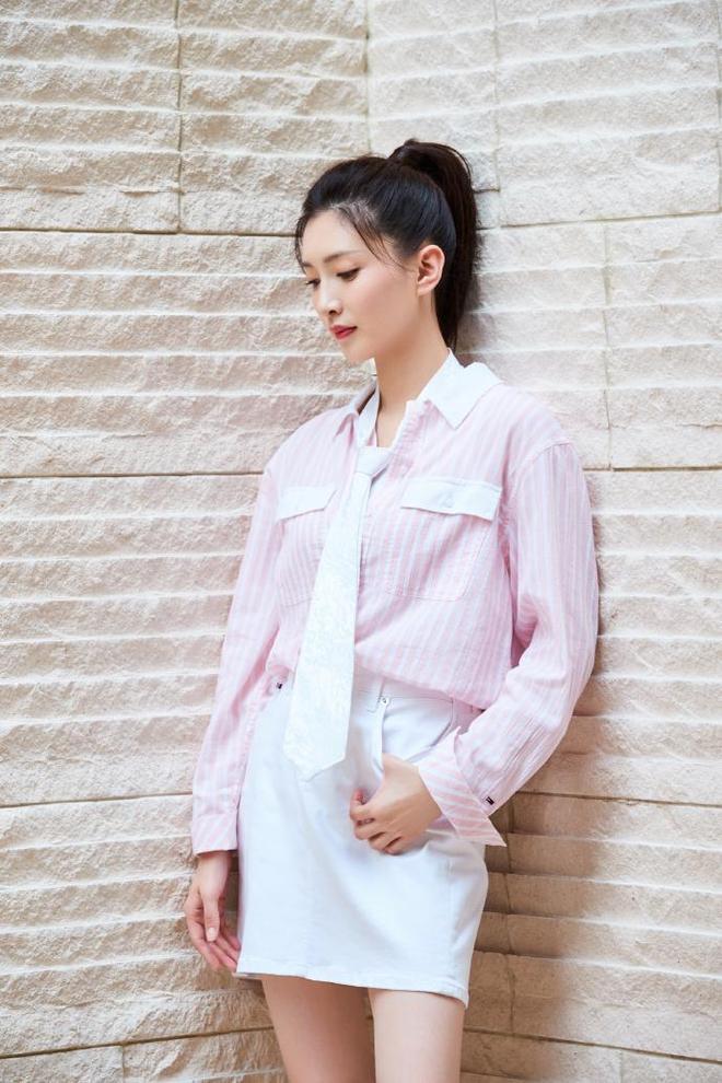 江疏影休閒寫真:一身粉色裝扮,減齡又顯嫩,說是18歲也不為過