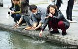 小長假西湖人滿為患,遊客湖中洗手被勸阻,會影響水質?