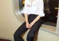 閆妮素顏現身機場,格子衫配九分褲很減齡,不像48歲辣媽!