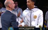 勇士對陣火箭,賽前NBA總裁蕭華給勇士隊頒發總冠軍戒指