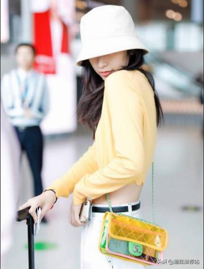周雨彤現身機場,小黃人穿搭露小蠻腰,展現仙女的衣品