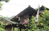 全村住木樓,室內無窗破而老舊,而他們卻活出了城裡人羨慕的模樣