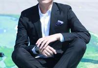 靳東一身黑色西服,這造型可以直接去演《衝上雲霄3》了!