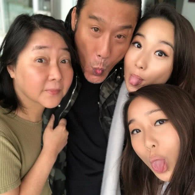 梁家輝61歲生日,一家人拍照吐舌頭, 張學友劉嘉玲杜德偉來了
