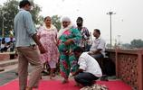 直擊印度男子用刀片為患者放血治病全過程,不寒而慄!