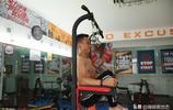 30歲小夥被人嘲笑瘦得像猴,家中改造健身房,半年逆襲成為肌肉男