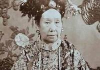 她出生時算命先生說大清要亡,皇帝卻高興地慶祝三天