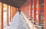 轉經路上看到許多朝聖人,一步一步挨著圍著拉卜楞寺跪拜,七十多的奶奶滿身的灰塵
