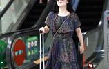 """謝娜現身機場,穿""""碎花裙""""時髦又好看,短髮顯氣質"""