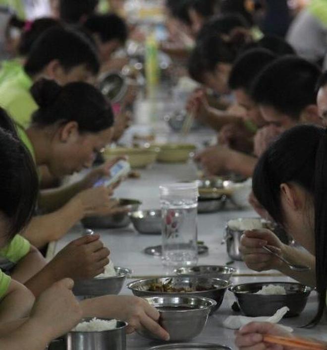 實拍工廠員工排隊吃飯,每天2點1線生活規律