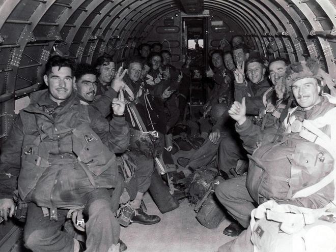 二戰老照片:黨衛隊士兵長著亞洲臉,做出勝利姿勢的英軍非死即傷