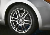 高速上因為路上有個坑造成兩個輪胎報廢高速要不要賠,索賠需要什麼證明手續?