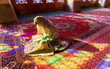伊朗年輕女子在納西爾穆斯克清真寺讀《古蘭經》,稱之粉色清真寺
