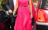54歲伊麗莎白·赫莉穿粉紅白裙現身街頭,全程露燦笑