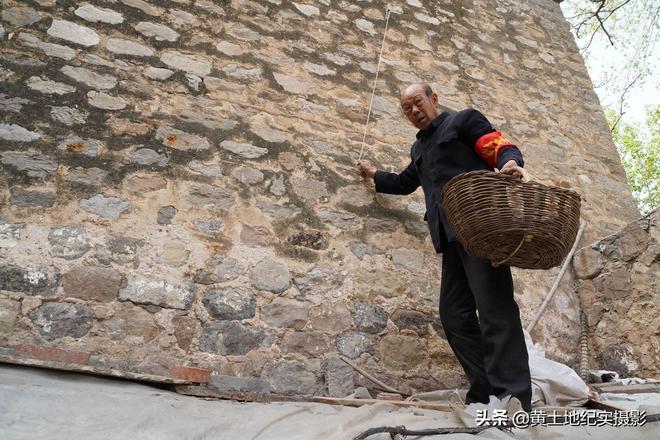 萬人圍觀,山西老人從高牆上取下藏了半年待客美食,看是啥稀罕物