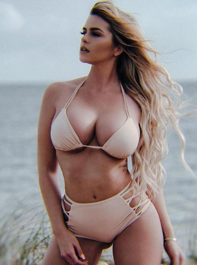 歐美女星海邊度假,溫柔又瘋狂,神祕的性感女神,展現夏日風情