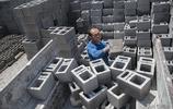 57歲男子用沒有一根手指的雙手,養活一家三口人,並建了新樓房