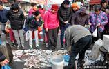 大叔早市賣小海鮮 蛤蟆魚8塊一斤 青島大媽現場驗秤 贏得好口碑