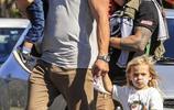 克里斯·海姆斯沃斯與家人度假,兒子臉部塗鴉成花貓,萌態十足!