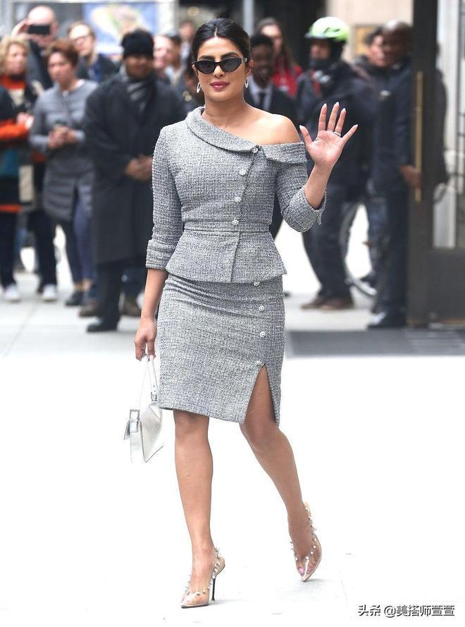樸雅卡·喬普拉氣質穿搭秀身材,對鏡微笑揮手親和接地氣