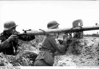 老照片:德國Panzerschreck反坦克火箭筒