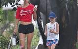 巴西超模安布羅休帶著8歲的女兒在洛杉磯出街散步,辣媽和萌娃