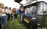 直擊英國人挑戰一輛麵包車裝進51個人,挑戰者差點因窒息而亡