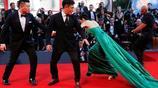 終於有位中國女星在紅毯吸引眾多外媒攝影師目光!