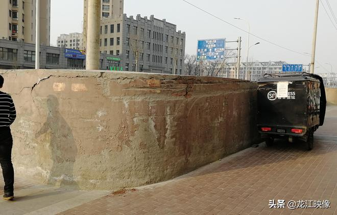 這些電線杆建了這麼大水泥墩,佔據了人行道,到底是做啥用?