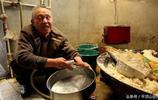 62歲盲老人奮力養家,用良心和聽覺做豆腐