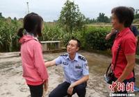 四川富順一民警奮力救起兩名溺水學生 最後累癱岸邊