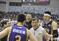 為什麼新疆與遼籃比賽主裁判鄭軍被停賽15場?