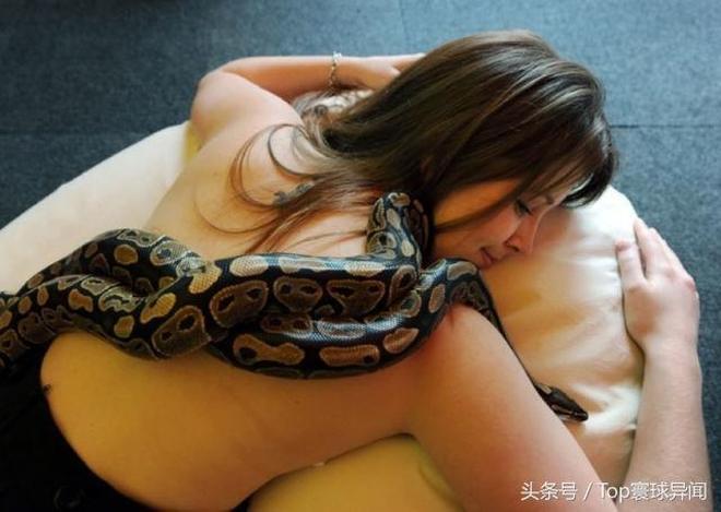 女子和寵物蟒蛇睡在一起,蟒蛇不吃不喝,醫院檢查後,嚇女子一跳