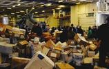 航母上也可以寄送快遞 實拍美軍航母快遞服務用直升機派送