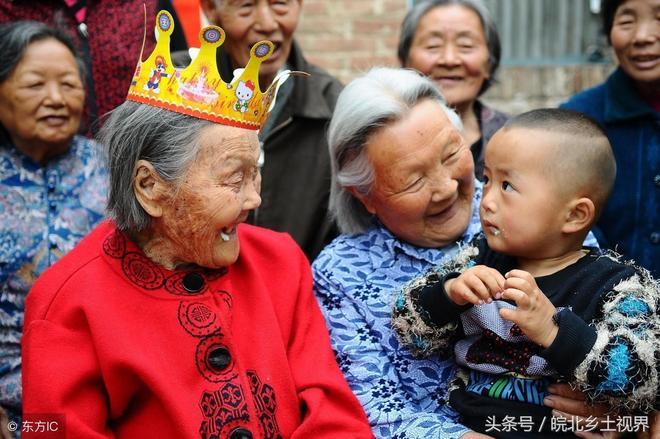 山東114歲老奶奶六世同堂,子孫有110多人,大家庭合影照幸福暖人