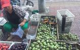 農村人當街擺攤賣小食:一次能賺1000多,幹一回得休息好幾天